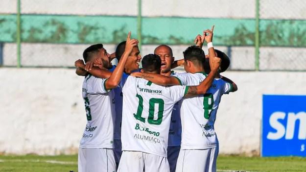 Jogadores do Murici comemoram gol de Danilo