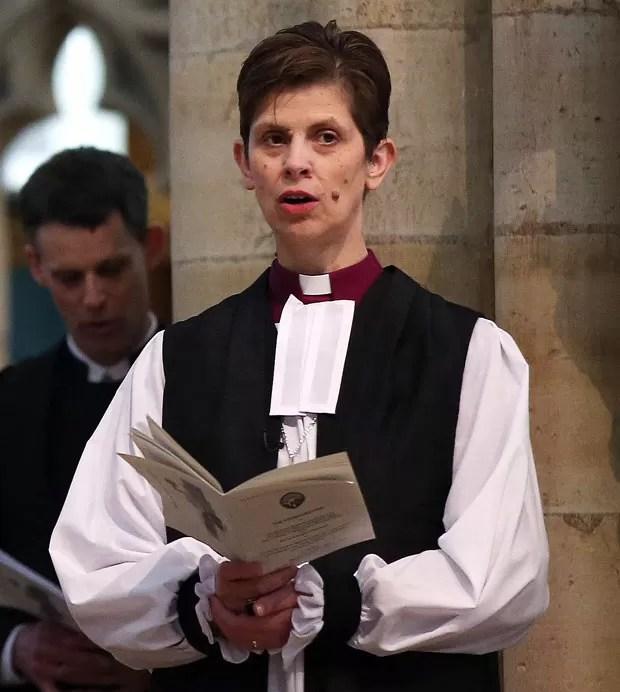 A agora bispa Libby Lane durante a cerimônia de sua ordenação nesta segunda-feira (26) em York, na Inglaterra (Foto: PA, Lynne Cameron/AP)