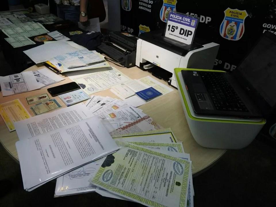 Documentos falsos da Polícia Federal, Polícia Civil e do Exército foram apreendidos com o homem (Foto: Adneison Severiano/G1 AM)