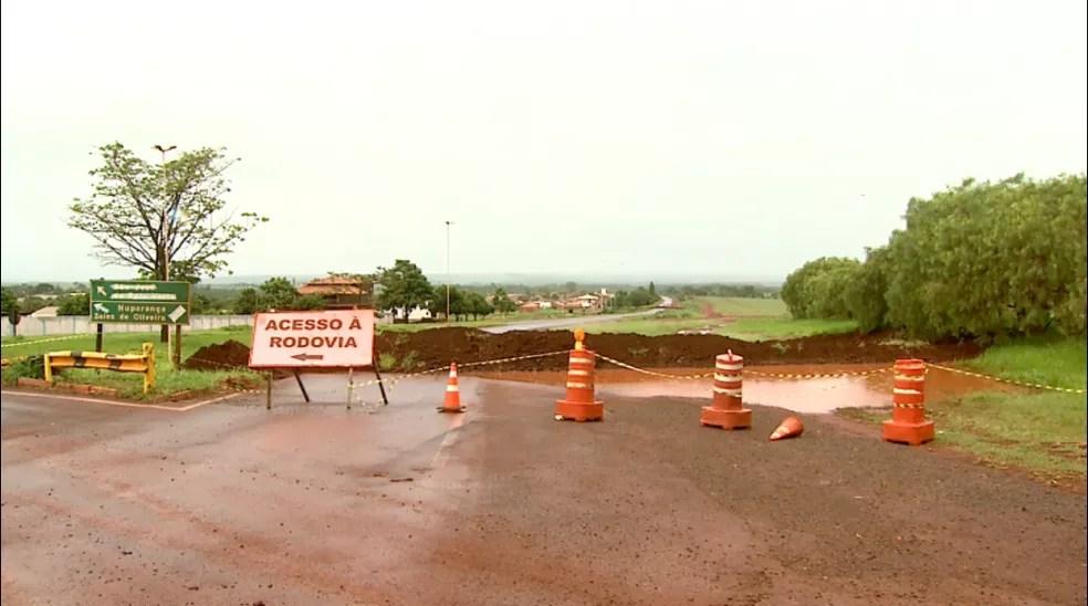 Um parte da estrada cedeu, o que obriga os motoristas a realizar uma rota alternativa. (Foto: Reprodução/EPTV)
