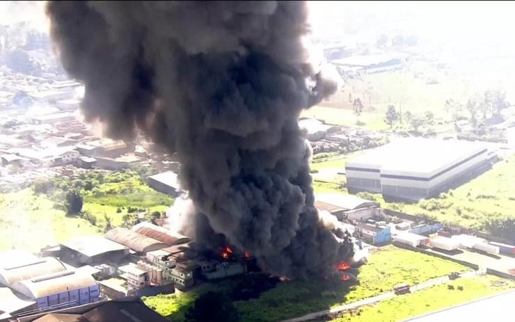 Fumaça de incêndio em fábrica em Guarulhos (Foto: Reprodução/TV Globo)