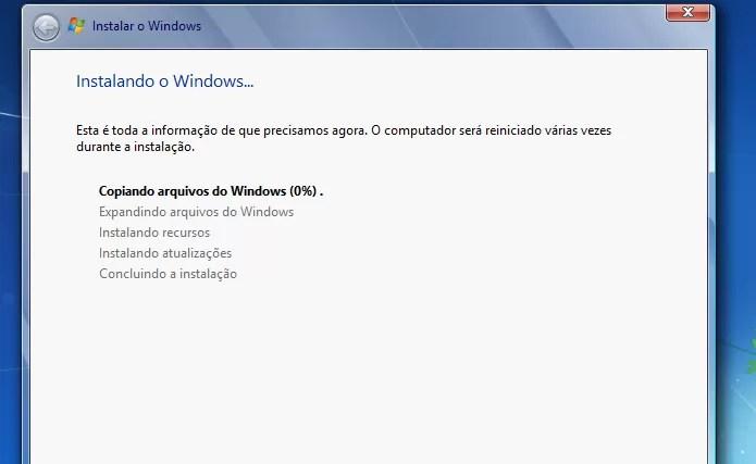 Instalador do Windows 7 iniciando o downgrade (Foto: Reprodução/Edivaldo Brito)