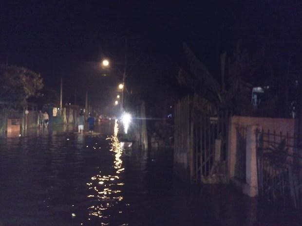 Alagamento na Zona Norte de Porto Alegre (Foto: Vanessa Felippe/RBS TV)