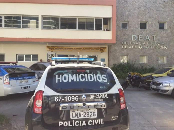 Sobrevivente foi levado para a Deat (Foto: Henrique Coelho/G1)