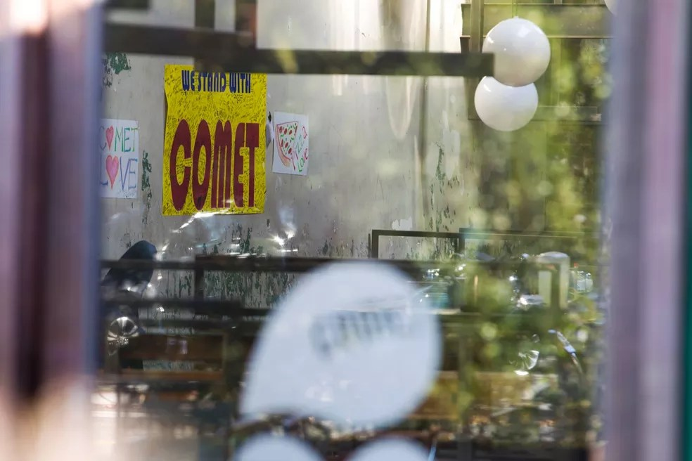 Episódio ocorreu no último domingo em um bairro abastado da capital, quando Edgar Maddison Welsh, de 28 anos, entrou na pizzaria Comet armado com um fuzil (Foto: Jose Luis Magana/AP)