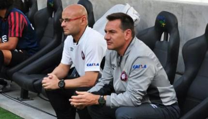 Leandro Ávila e Doriva jogaram por Vasco e São Paulo; depois, trabalharam juntos no Atlético-PR como auxiliar e técnico — Foto: Divulgação/ Site oficial Atlético-PR