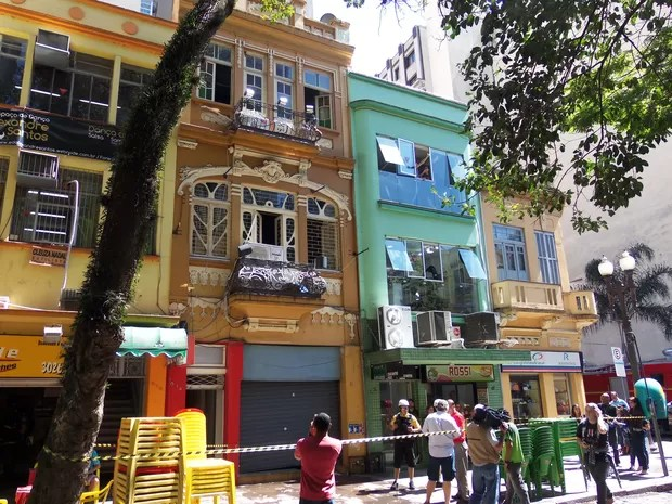Prédio de restaurante pegou fogo na Rua dos Andradas, no Centro de Porto Alegre (Foto: João Laud/RBS TV)