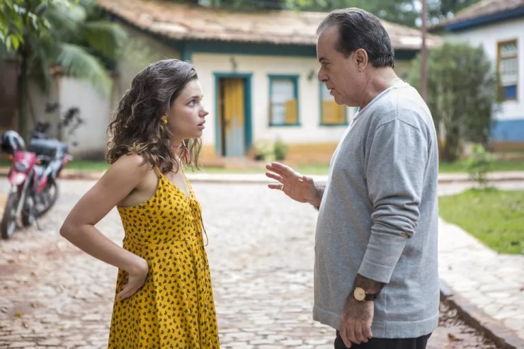 Lourdes Maria (Bruna Linzmeyer) está decidida a fisgar Olavo (Tony Ramos) por interesse em sua fortuna, na novela 'O Sétimo Guardião' — Foto: Artur Meninea/Gshow