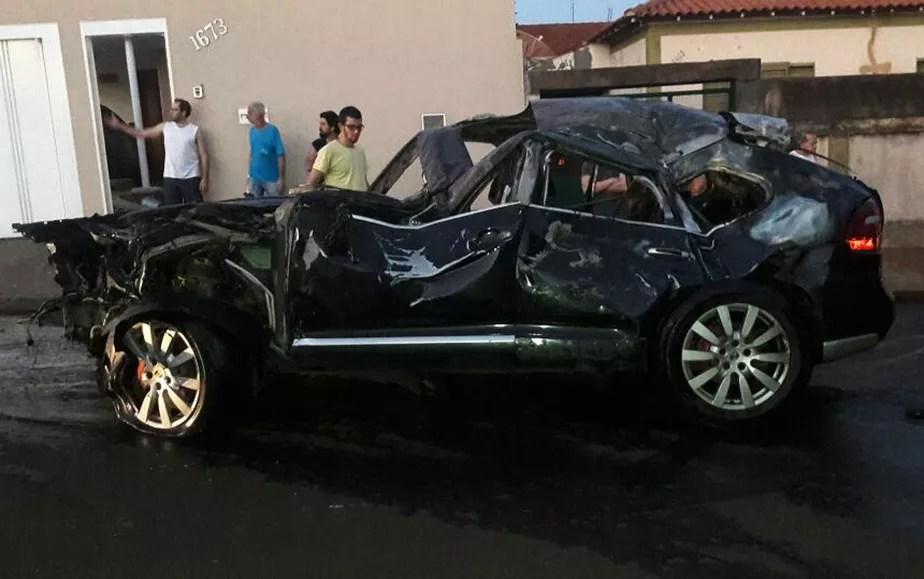 Adolescente pega carro escondido do pai e causa série de acidentes no interior de SP