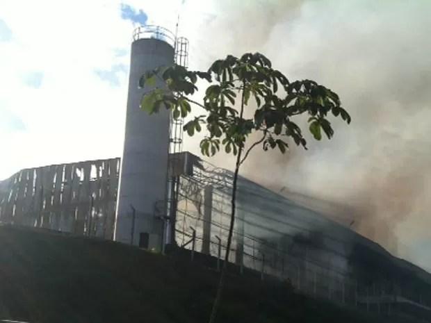 Fogo foi controlado, mas bombeiros continuam no local (Foto: Adneison Severiano/G1 AM)