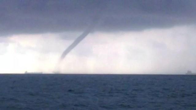 Tromba d'água foi registrada entre navios na barra de Santos, SP — Foto: Fábio Pasquarelli/Arquivo Pessoal