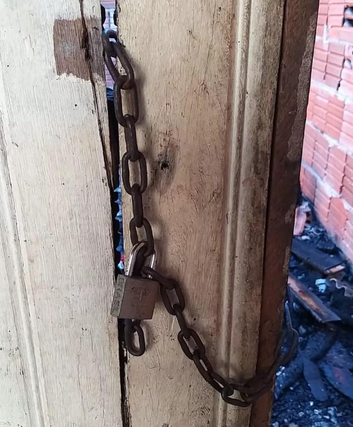 Casa estava trancada com cadeado e vizinhos não conseguiram abrir — Foto: Eldérico Silva/ Rede Amazônica