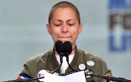 A estudante Emma González, sobrevivente do ataque à Marjory Stoneman Douglas High School, em Parkland, se emociona durante discurso na March for Our Lives, em 24 de março de 2018 — Foto: Nicholas Kamm/AFP