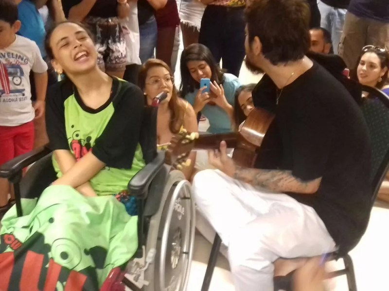 Saulo canta para jovem com paralisia cerebral durante encontro com fã clube de Natal  (Foto: André Pontes )