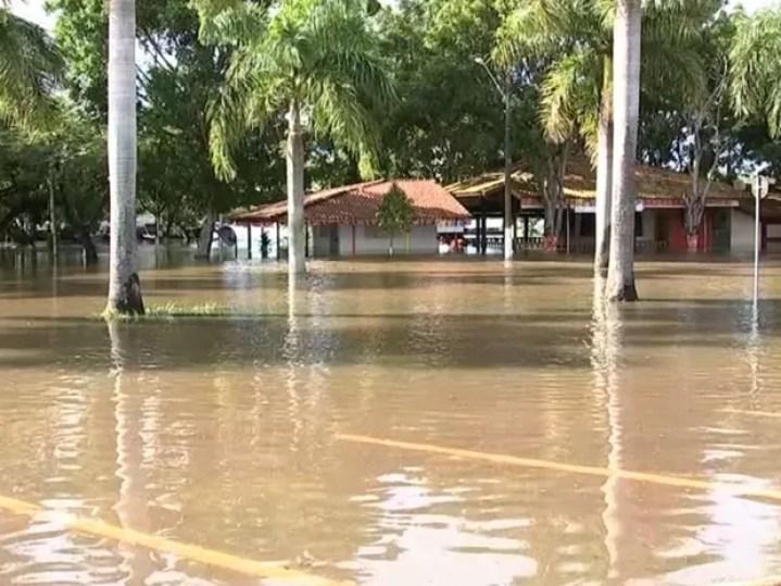 Bares ficaram embaixo da água (Foto: Reprodução / TV TEM)