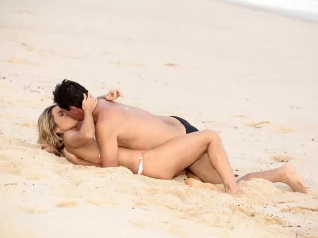 Théo e Érica se beijam na praia (Foto: Salve Jorge/TV Globo)