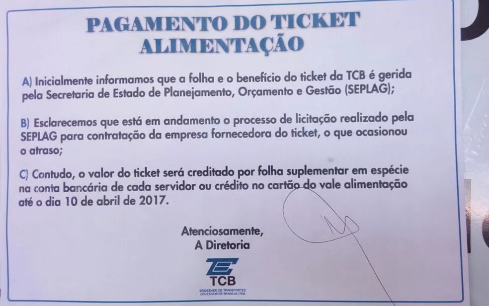 Cartaz avisa que vale alimentação seria pago até 10 de abril (Foto: Vinícius Souza/G1)