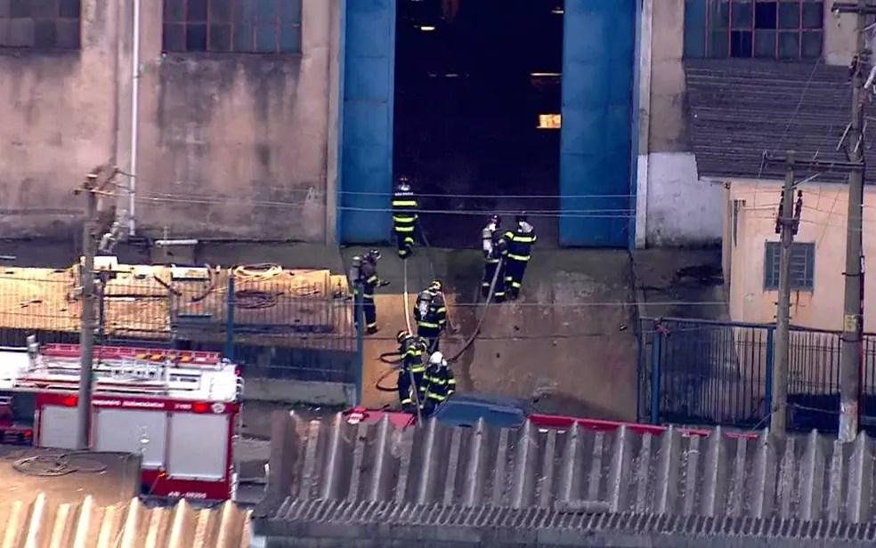 Bombeiros entram para conter fogo em fábrica em Diadema (Foto: TV Globo/Reprodução)