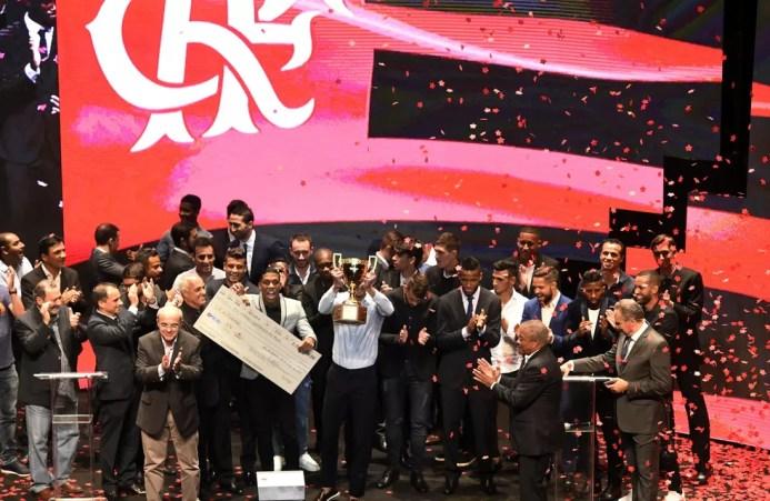 O capitão Réver levanta o troféu no fim da cerimônia (Foto: André Durão)