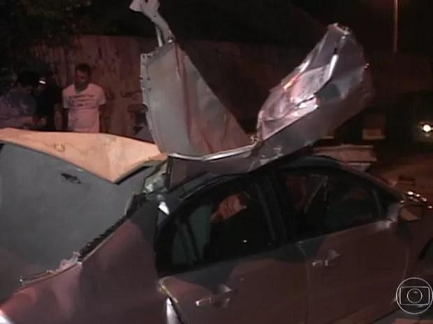 Carro onde estava a filha do cantor Giovani após acidente (Foto: Reprodução TV Globo)