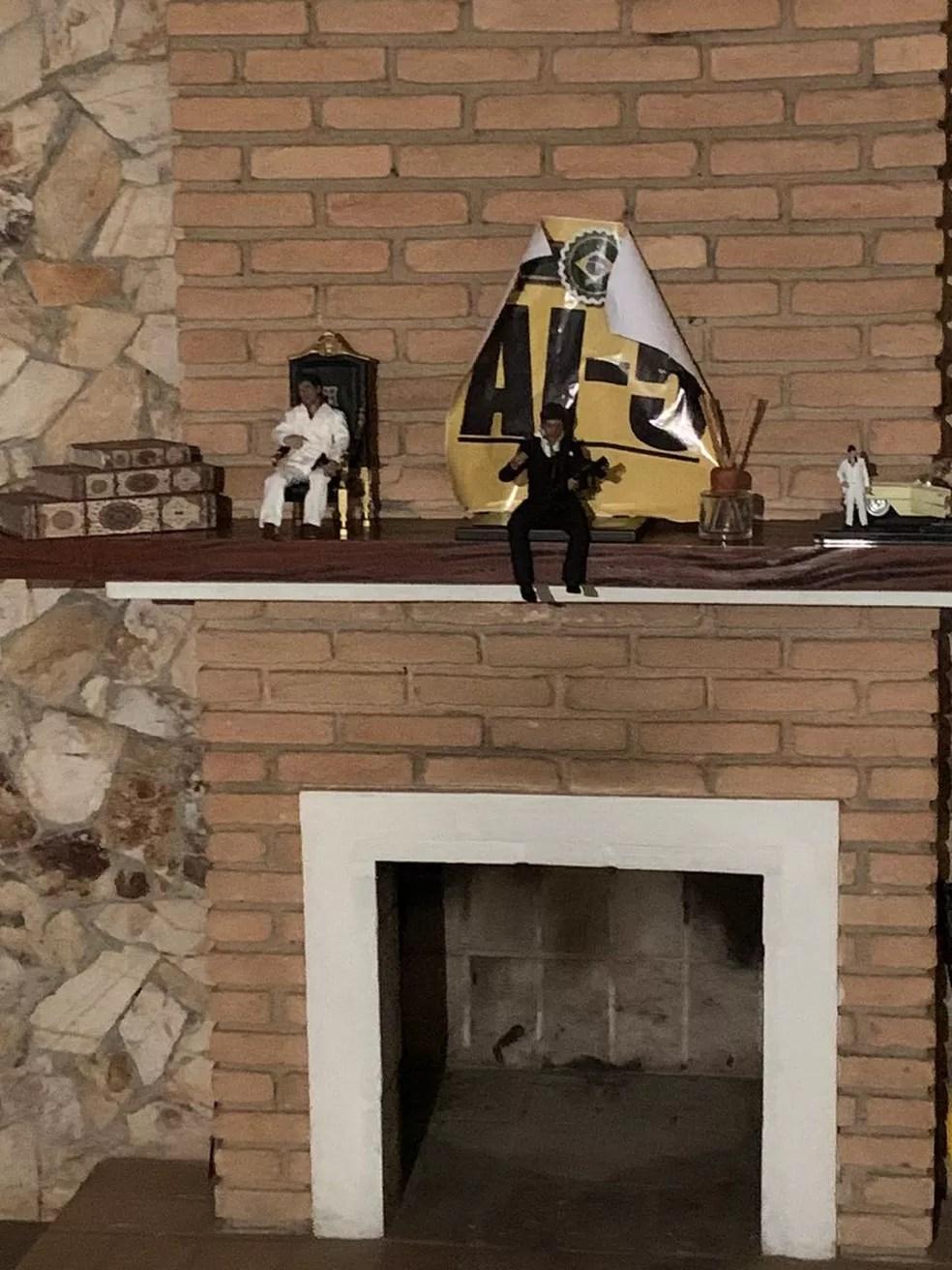 Cartaz com a inscrição 'AI-5' junto a bonecos de Tony Montana, mafioso do filme 'Scarface' — Foto: Divulgação/Polícia Civil