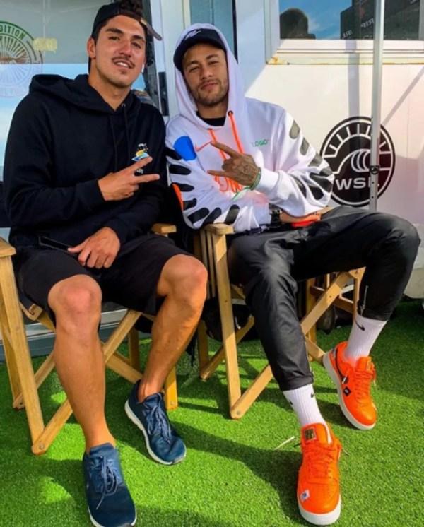 Neymar posa ao lado de Medina na etapa de Peniche do Mundial de Surfe — Foto: Reprodução
