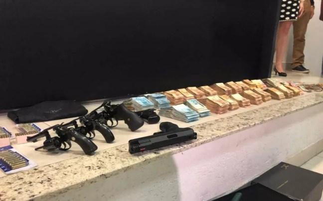 Armas e dinheiro achados no quarto de João de Deus — Foto: Murillo Velasco/G1