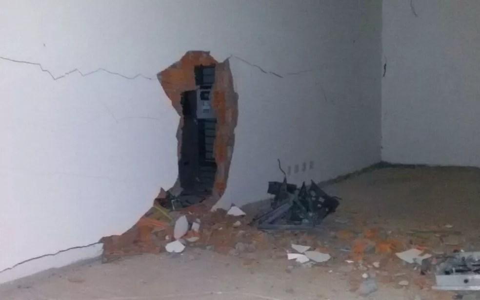 Homens explodem caixa eletrônico dentro de centro clínico na Asa Sul, em Brasília (Foto: Polícia Militar/Divulgação)