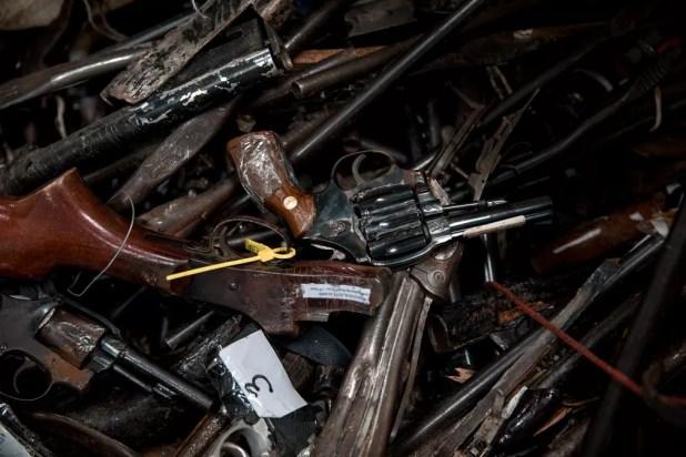 Armas apreendidas em quartel do Exército; decreto de dezembro de 2016 abriu possibilidade para que armas apreendidas possam ser reutilizadas por forças de segurança do país; antes todas precisavam ser destruídas (Foto: Marcelo Brandt/G1)