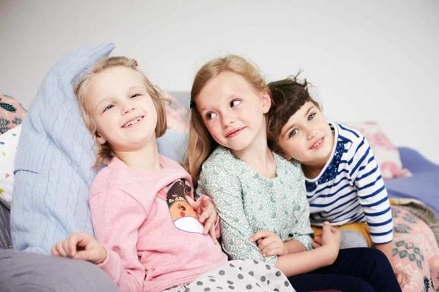 Holly Greenhow ao lado de outras crianças modelos (Foto: Geoff Robinson)