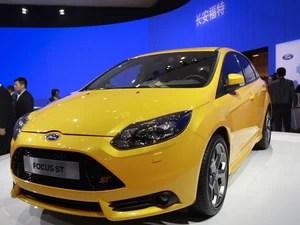 Modelo Focus ST é exibido em estande da Ford no Salão de Pequim nesta segunda-feira (23).  (Foto: AP Photo/ Vincent Thian)