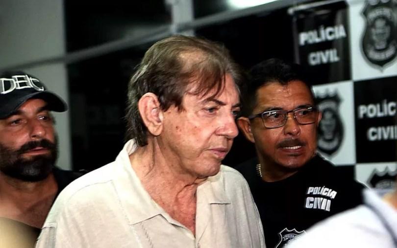 O médium João Teixeira de Faria, o João de Deus, deixando o IML — Foto: Ernesto Rodrigues/Estadão Conteúdo