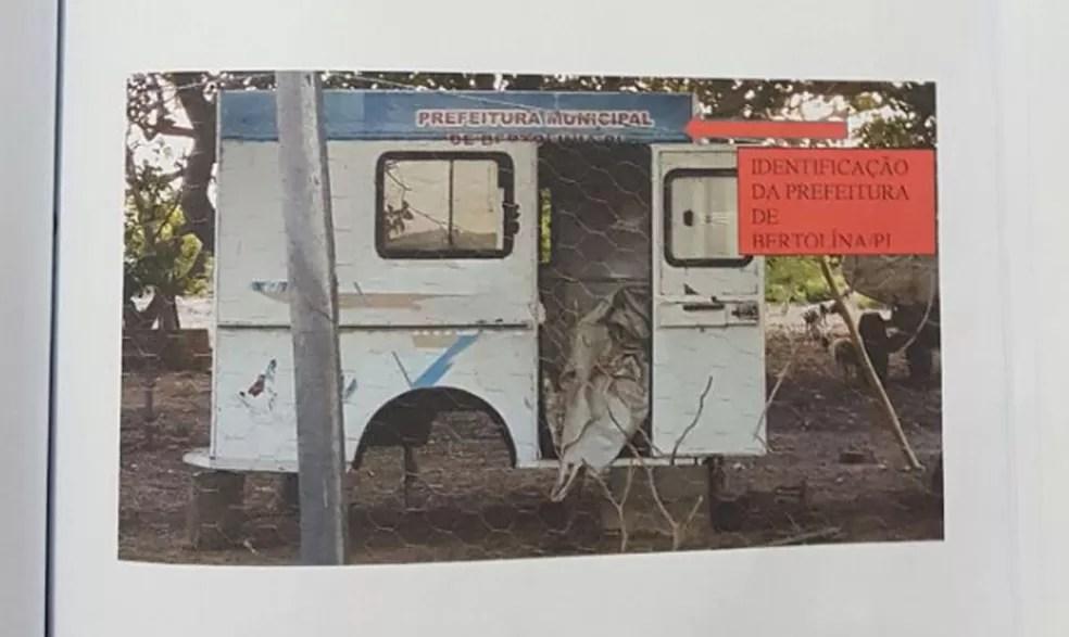 Ambulância foi achada em fazenda já parcialmente destruída — Foto: Divulgação/Polícia Civil
