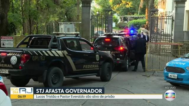 Carros da PF chegam ao Palácio Laranjeiras, no Rio de Janeiro — Foto: Reprodução/TV Globo
