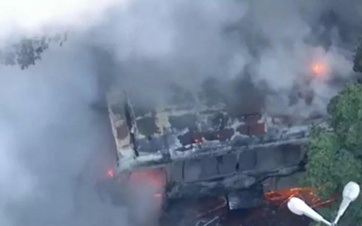 Veículo foi completamente destruído pelas chamas (Foto: Reprodução / TV Globo)