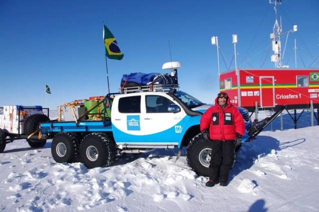 Jefferson Simões em frente ao módulo Criosfera 1; estação é a 1ª unidade científica brasileira no interior da Antártica (Foto: Arquivo Pessoal)
