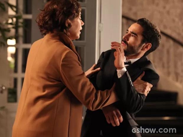 Maria Marta dá uns sacodes no filho, que se assusta (Foto: Pedro Curi/TV Globo)