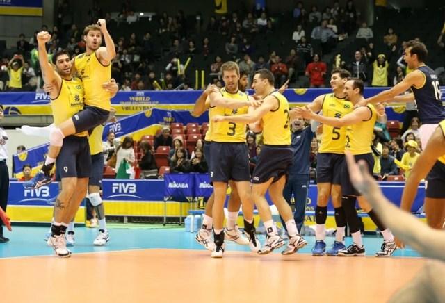Jogadores brasileiros comemoram vitória sobre a Itália na Copa dos Campeões (Foto: Divulgação / FIVB)