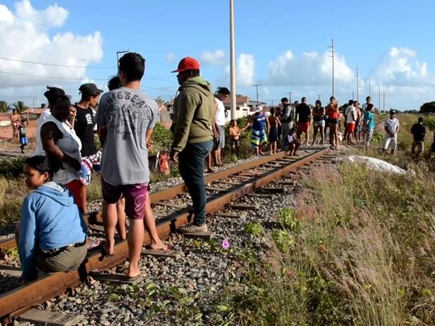 Homem foi atropelado pelo trem e morreu na hora, em Cabedelo, Paraíba (Foto: Walter Paparazzo/G1-PB)