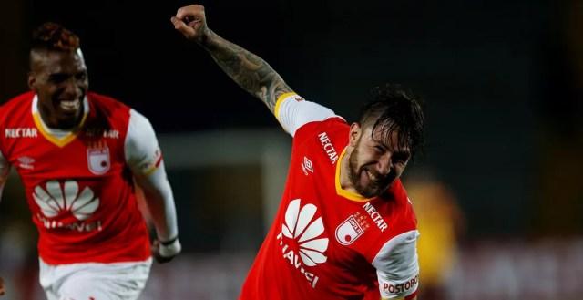 Gómez (direita) joga no colombiano Santa Fe (Foto: Jaime Saldarriaga/Reuters)