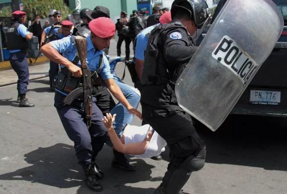 Polícia da Nicarágua reprime manifestantes durante protesto contra governo de Daniel Ortega — Foto: Maynor Valenzuela/AFP