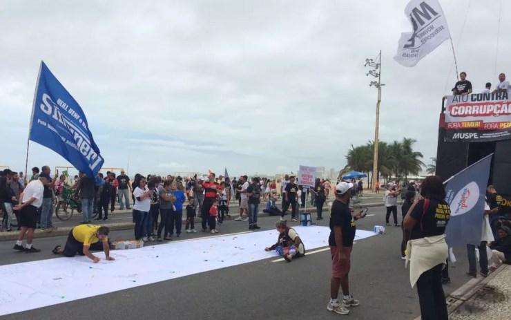 Manifestantes se reuniram na orla de Copacabana, no Rio de Janeiro, em ato contra a corrupção  (Foto: Matheus Rodrigues/G1)