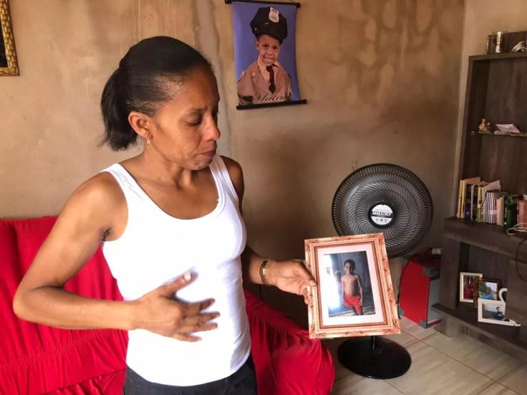 Valdirene guarda fotos do filho e tenta conviver com as lembranças desde que ele morreu — Foto: Juliana Gorayeb/G1