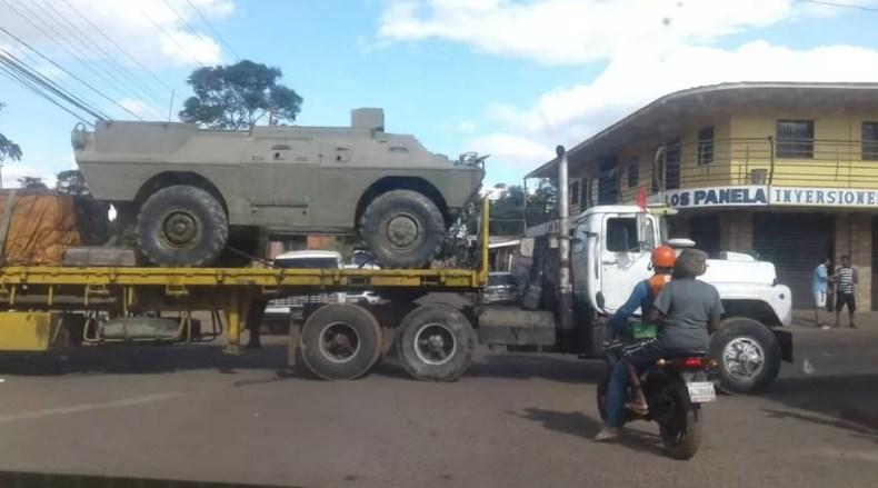 Tanques do exército foram transportados em caminhões  — Foto: Reprodução/Twitter/@americodegrazia