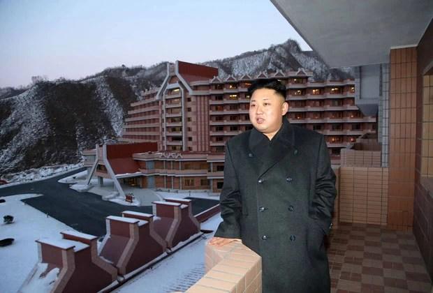 O ditador da Coreia do Norte, Kim Jong-un, visita a estação de esqui de Masik em foto sem data divulgada pelo governo (Foto: KCNA/AFP)