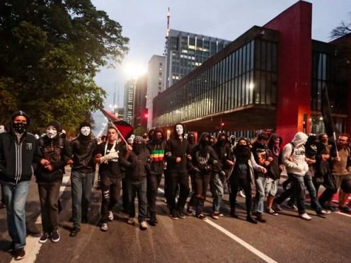 Um grupo de manifestantes fechou um sentido da Avenida Paulista, na região central de São Paulo, por volta das 19h30 desta terça-feira (5). (Foto: Miguel Schincariol/AFP)
