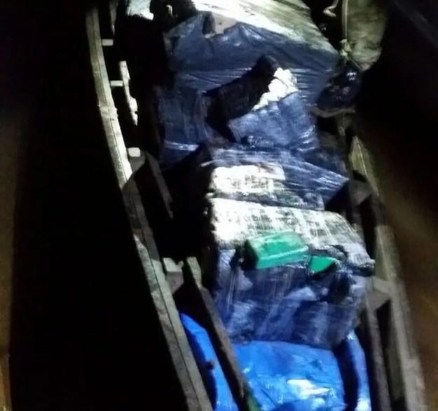 Material apreendido estava em embarcação de madeira no Rio Paraná (Foto: Polícia Federal/Divulgação)