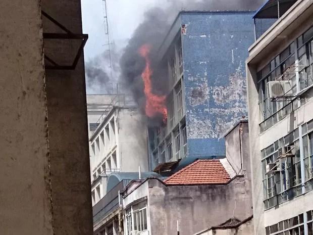 Leitora registra incêndio atinge prédio na região central de São Paulo (Foto: Aline Araújo Torres/VC no G1)