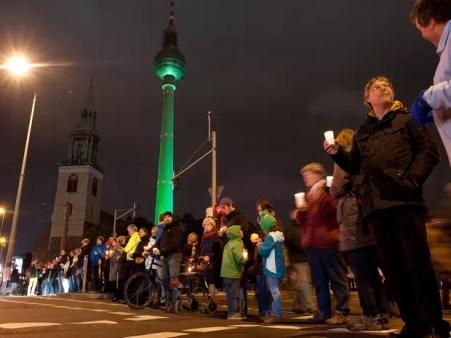 Pessoas formam corrente humana a favor de refugiados em Berlim (Foto: Klaus-Dietmar Gabbert/AFP)