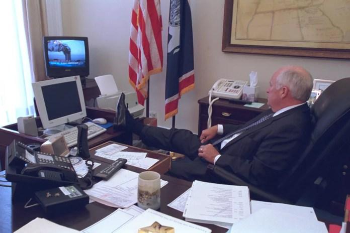 Com um pé apoiado sobre sua mesa em Washington, o então vice-presidente dos EUA, Dick Cheney, assiste à TV mostrando as torres do World Trade Center em chamas após os ataques aéreos do 11 de Setembro. A foto foi divulgada pelo governo dos EUA quase 14 anos depois, em julho de 2015 — Foto: Arquivo Nacional dos EUA via Reuters/Arquivo